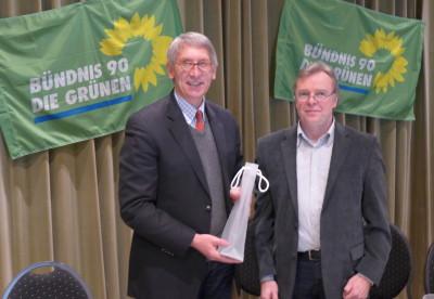 OV-Sprecher Wolfgang Thomann (r.) bedankte sich mit einer kleinen Aufmerksamkeit bei Bürgermeister Karl-Friedrich Knop für dessen Ausführungen zur weiteren Ausgestaltung des Bürgermeisteramts.