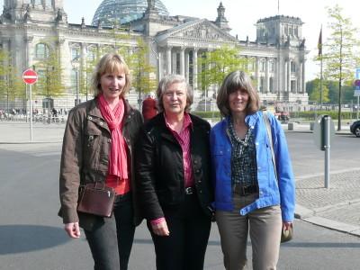 Barbara Köß, Bärbel Höhn und Marita Brormann vor dem Bundestag in Berlin