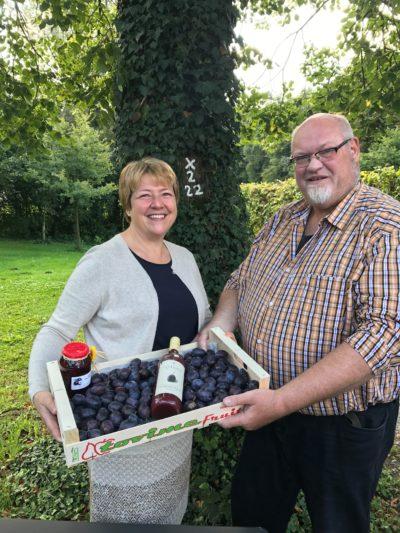 Passend zum Stromberger Pflaumenmarkt überreichte der Vorsitzende des Oelder Ortsverbandes der Grünen eine Kiste Pflaumen an Marion Schniggendiller.